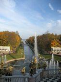 Fuente de sansón y el canal del mar. rusia, san petersburgo, peterhof. — Foto de Stock