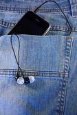 Téléphone noir avec un casque dans la poche — Photo