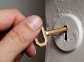Hand innehav nyckel. — Stockfoto