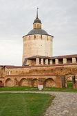 Un monumento arquitectónico del norte ruso. el monasterio de kirillo-belo — Foto de Stock