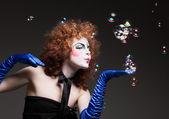 Vrouw mime met zeepbellen. — Stockfoto