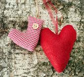 圣诞袜和木制背景上的心 — 图库照片