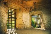Ancienne salle avec grilles — Photo