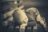 Pojke på en bänk — Stockfoto