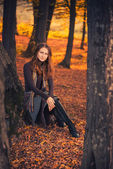 Vrouw in het bos — Stockfoto