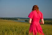 Печальная женщина в поле — Стоковое фото