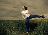 Sportivebrunet at wheat — Stockfoto