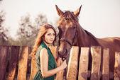 Giovane donna con cavallo marrone — Foto Stock