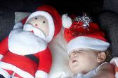 En ung pojke som sover med santa — Stockfoto