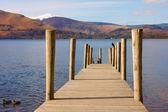Un pontile in legno sul lago — Foto Stock
