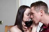 Um jovem casal bebendo vinho — Fotografia Stock