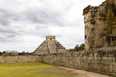 Chichen Itza: Great Ball Court, El Castillo and Temple of Warrio — Stock Photo