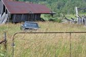 旧谷仓和卡车在字段 — 图库照片
