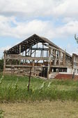 Antiguo granero siendo demolido — Foto de Stock