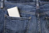 Box in der jeans-tasche — Stockfoto