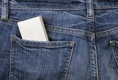 Caixa no bolso da calça jeans — Foto Stock