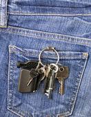 Llaves en el bolsillo de los pantalones vaqueros — Foto de Stock
