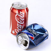 Coca-cola and Pepsi cans — Stockfoto
