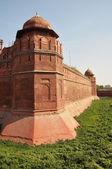 Masivní stěny červené pevnosti v Dillí, Indie — Stock fotografie