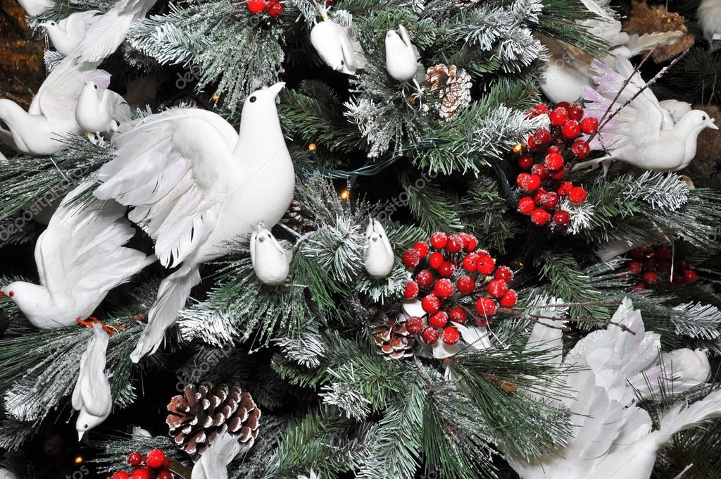 Christmas tree decorated with snow white doves stock - Sapins de noel decores ...