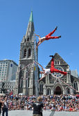 Acrobats (The Flash) perform on a ladder in front of the Cathedr — Stock Photo