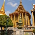Tourists at the Golden Temples, Grand Palace, Bangkok Thailand. — Stock Photo