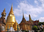 Golden Temple Dome & Guards at the Grand Palace, Bangkok — Stock Photo