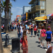 Crowds Visit the Stalls on Venice Beach Boardwalk. — Stock Photo