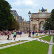 Foto Stock: Tourists Flock to The Louvre on a Hot Summer Evening in Paris Fr