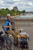 One Man Band Entertainer on the Pont Des Arts, Paris France. — Stock Photo