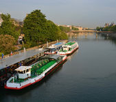 Barcos turísticos esperando passageiros de turismo sobre sena ri — Fotografia Stock