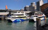 ニュージーランド、オークランドの埠頭を残してフェリーボート — ストック写真