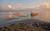 Bali Fishermen Preparing Their Boat at Dawn at Sanur Beach. — 图库照片