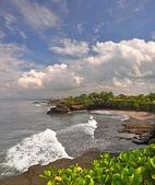 Las nubes de tormenta se reúnen más de tanah lot, bali indonesia — Foto de Stock