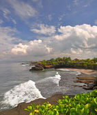 Storm wolken verzamelen over tanah lot, bali indonesië — Stockfoto