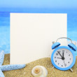 Summer time. Paper card and alarm clock on the beach — Stock Photo