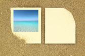Foto ram och papper kort på sanden — Stockfoto