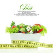 диетическое питание. салат из овощей в миску с измерительной ленты — Стоковое фото