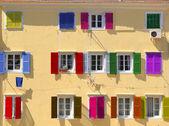 Kolorowe okna okiennice zasłaniane — Zdjęcie stockowe