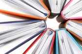 Pohled shora barevné knih v kruhu na bílém pozadí — Stock fotografie