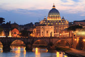 Night view at St. Peter's cathedral in Rome, Italy — Stock Photo