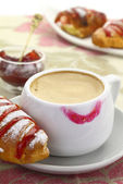 1874. Cup of coffee with lipstick mark and croissant with strawberry jam — Stock Photo