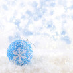 Blue Christmas ball on snowing background — Zdjęcie stockowe