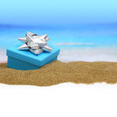 Gift box with ribbon on the sand — Foto Stock