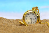 Pocket clock on the beach — Stockfoto