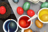 Colored Easter eggs and liquid color dyes — 图库照片