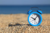 Vacation time. Alarm clock on the beach — Stock Photo