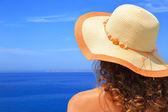žena v klobouku s výhledem na detailním přímořská krajina — Stock fotografie