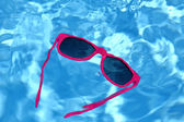 Sunglasses are sinking in water — Stock Photo