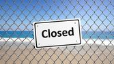 Metal fence with sign Closed in front of a beach — Stock Photo